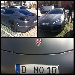 dawnkok:  luisbuenolive l 17.49 pm | 4/4/2013  Porsche Panamera customized by Mesut Özil #M1Ö #mesut #ozil #car #Parking #porsche #panamera #realmadrid #player #me #Sami's birthday##At Carlos Sainz center, a karting place# #A white Audi Q7 next to Porsche##Sami opted a white Audi Q7 this season#