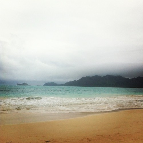 Bellows Military Beach on a cloudy day w/ @chelsieea @makuraido #LorraineNabua #KaleiArakaki 🌅🏊🏄☁🌊 #beach #cloudy #bellows #hawaii #aloha