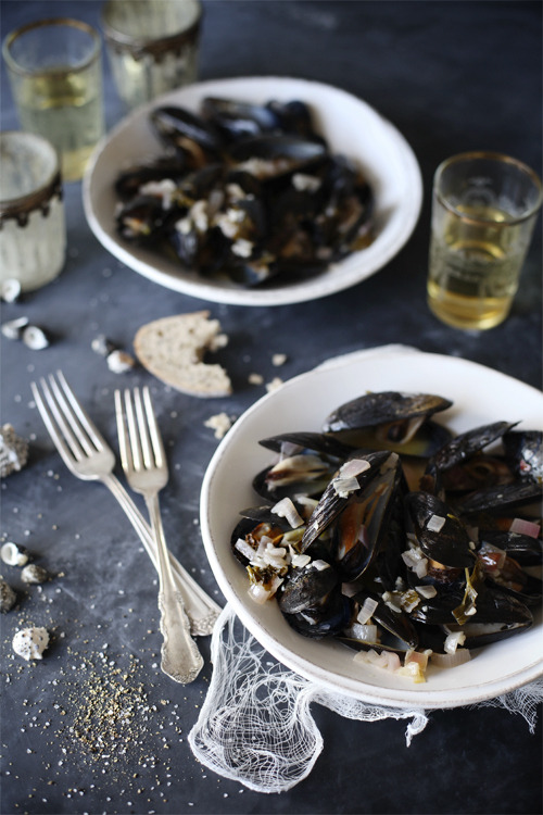 (vía Mussels in Meyer Lemon & Garlic Broth  Video - Roost - Roost: A Simple Life)