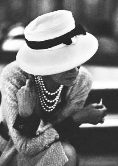 maryalmaelizabeth:  Coco in pearls, in a hat with a bow. 💕👒