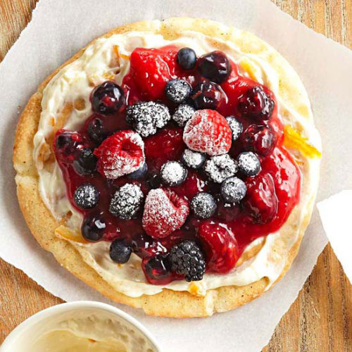 bhgfood:  Berry Breakfast Pizzas: Start the day off right with this sweet treat topped with your favorite berries!   Yuuummy 😍👌