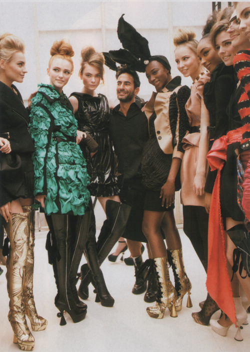 vogue-is-viral:  vuittonv:  cataclysmmagazine:  Marc Jacobs backstage with his models at Louis Vuitton Fall 2009  tumblr meetup  Its daddy Jacobs!