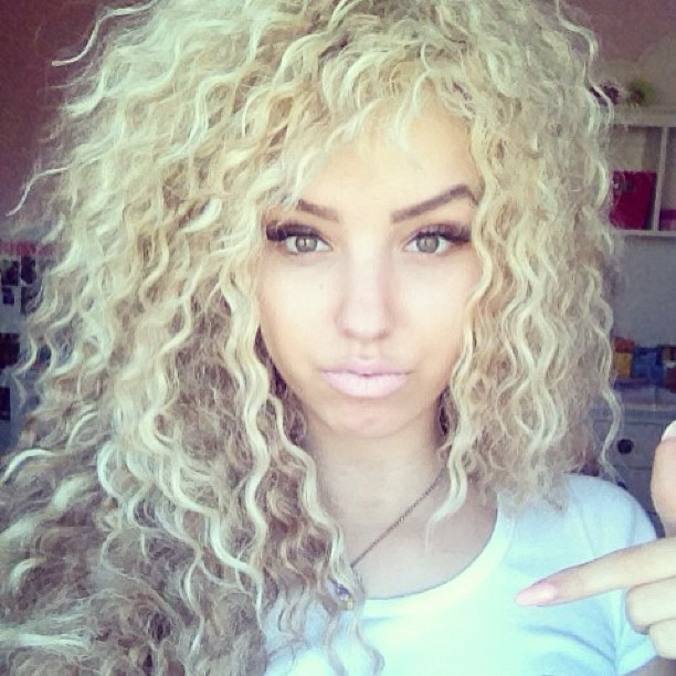 kjirstinreallife:  doll-faced:  her hair   I NEED her hair