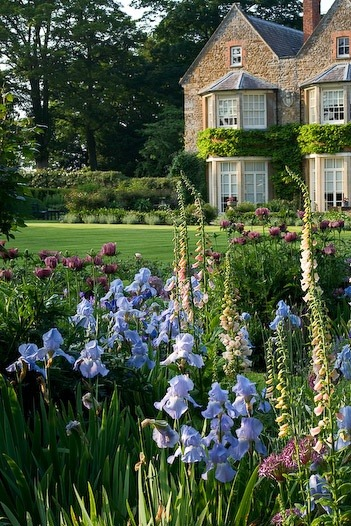 pagewoman:  English Country Garden - Clive Nichols