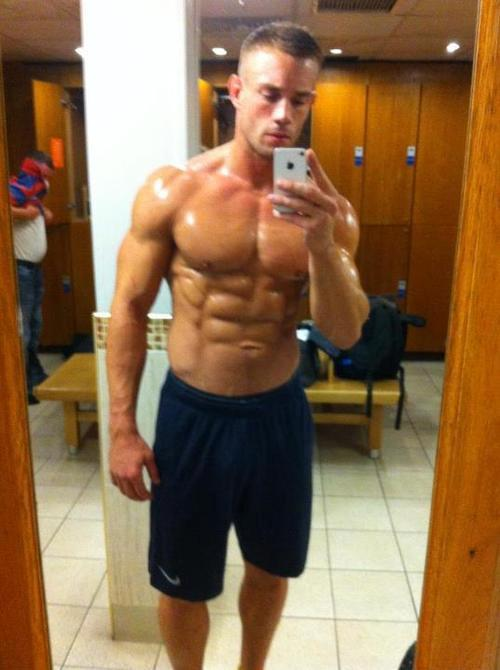 musclelover:  Self portrait. This guy can be as vain as he likes with a body like this! Looking for muscle to worship? Look no further than http://bit.ly/14qL0gL for all your muscle worship desires!