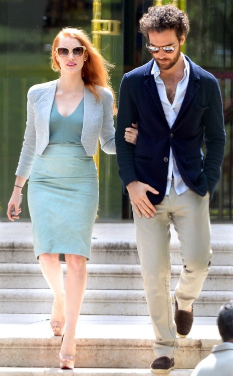 Jessica Chastain, in chic nude cat-eyes, frequented the streets of France with her Italian man candy, also in sunnies with mirrored lenses!