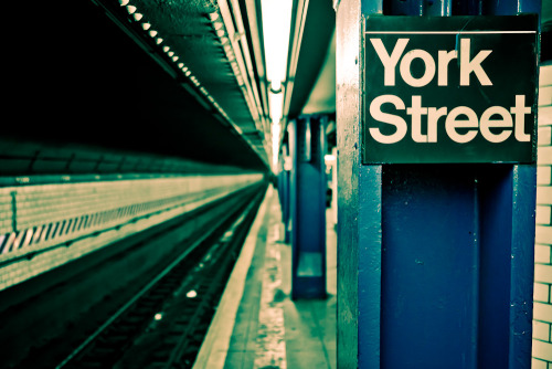 Metro de Nueva York (7); estación de York Street. New York Subway (7); York Street Station.