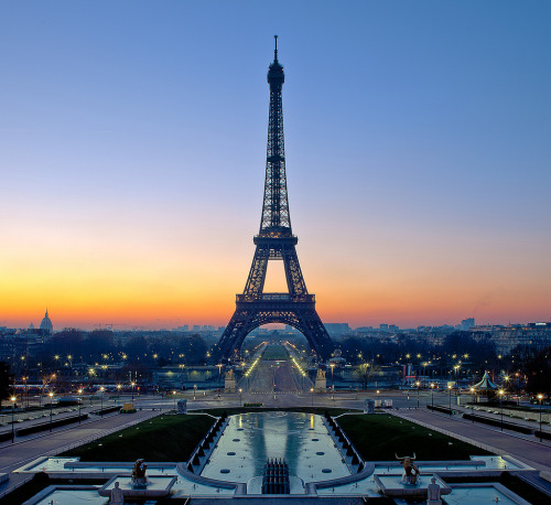 travelingcolors:  Tour Eiffel, 6am, -8ºC | France (Pascal Dupont)