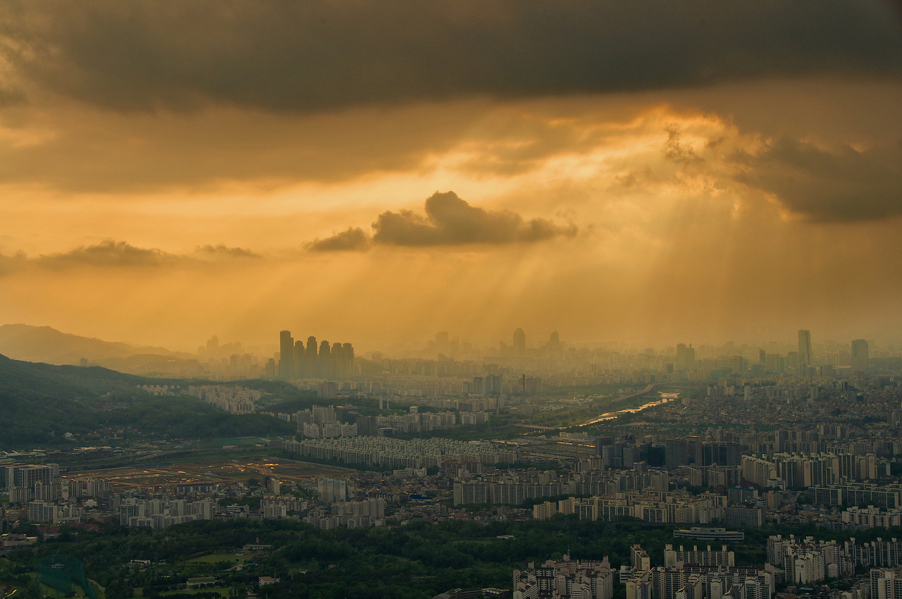 rjkoehler:  Weather was crappy over Seoul this evening, but at least we could see Jacob's Ladder over Gangnam.