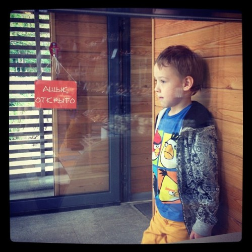 обиженный… offended… #kid #window #view #bakery  (at happy bread)