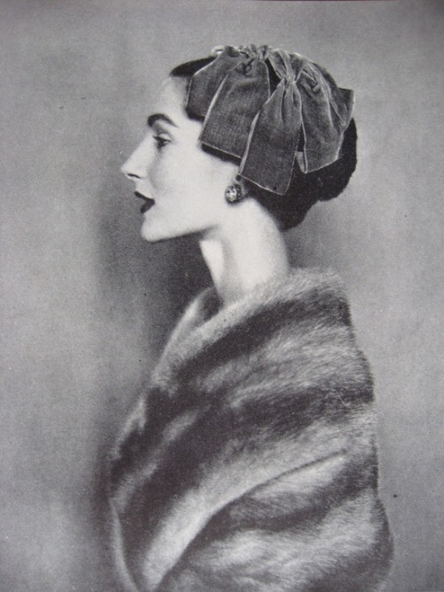 theniftyfifties:  Photo by Cecil Beaton for Vogue, November 1954.
