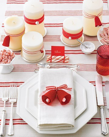 christmas table setting. i really like this table setting, it's so festive and it's really neat! the candles and that bell is really cute, what a wonderful table to have dinner with family and friends together. =) via pinterest.
