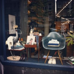 Living room inspiration in our Elandsgracht window #tenuedenimes #denim #jeans #indigo #eames #hermanmiller #inventorymagazine #inventory #thehillside #grenson #apc #lelabo #acnestudios #illesteva #iiittala #glasses #newarrivals #whiskey #amsterdam #windowshopping http://bit.ly/17UjJqk