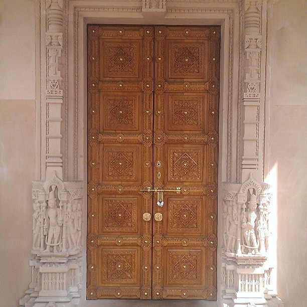 Narnia? #amazing #detailed #door #temple #indian #hindu #blessing #narnia #contrast #cool #spiritual #carvings #rad