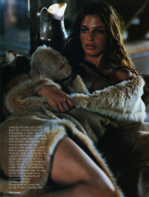"""Luxe Easy"", Vogue UK, August 1998Photographer : Tom MunroModel : Bridget Hall"