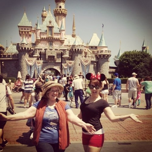 #disneyland #disneydate #sleepingbeautycastle #minnie #disneybound #mothersday #aunt (at Sleeping Beauty Castle)
