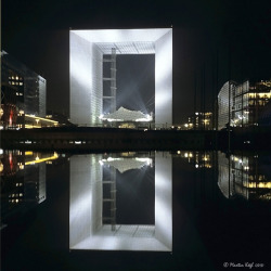 Grande Arche Reflected by LiquidSculptures on Flickr.