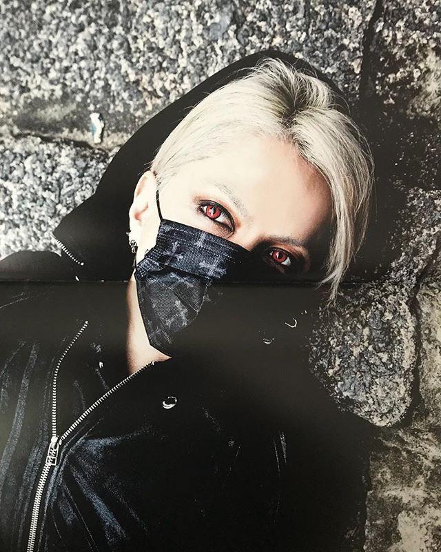 黒いマスクに黒いジャケットを着た銀髪のL'Arc〜en〜Ciel・hydeの画像