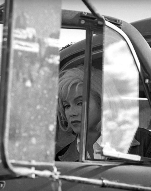 Marilyn Monroe on the set of The Misfits (1961, dir. John Huston) (via) Photo by Eve Arnold.