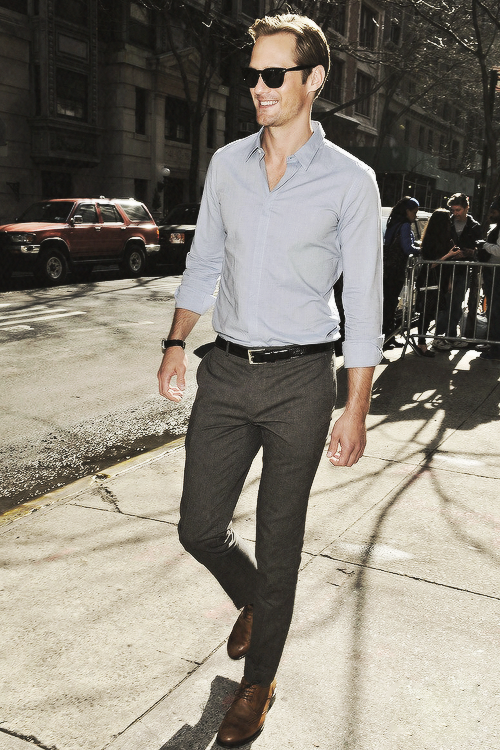 daggersrobin:  Alexander Skarsgard steps out on the Spring day and signs autographs for his fans on Tuesday (April 9) in New York City.