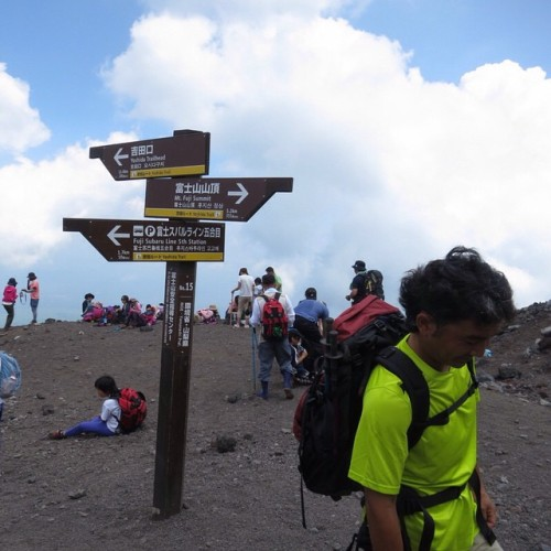 2013.8.912:05 登り始めて60分 #六合目 #6th #富士山 #登山 #mtfuji  #fuji #climbing #富士吉田 #sky #blue #cloud #sign  (富士山六号目)