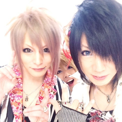 I'm so happy that Tsukasa and Tara are together in a band now ヽ(;▽;)ノ