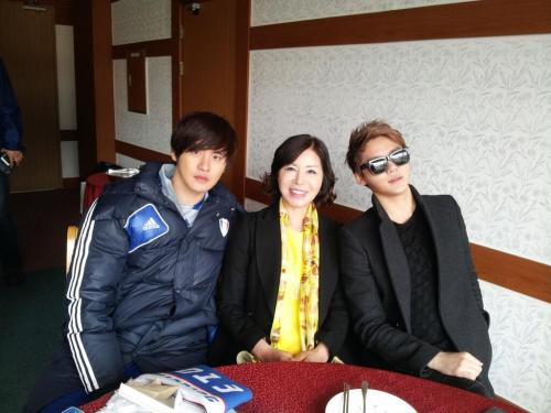 [Other Twitter] Junsu's Mom Twitter Update [3.17.13 KST]  Junsu entering with the escort girl~^^ A few moments after the second half begins! Junsu, who in middle of body collision in order to snatch the ball Captain Kim Junsu who was greeting and thanking everyone for their support~^^ A snapshot together with my two sons at the waiting room after the match ended!!  Source: @zunoxiahmomTranscredit: @XIAH_Press + @neoneonjena