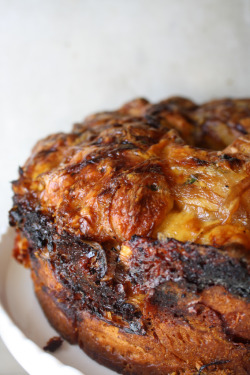 yummyinmytumbly:  Cheese and Onion Monkey Bread