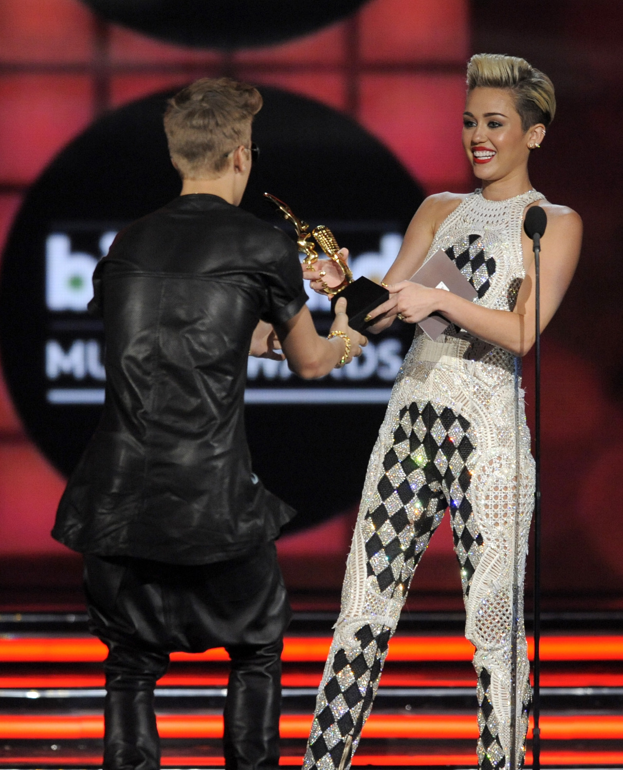 mileynation:  Another picture of Miley presenting Justin