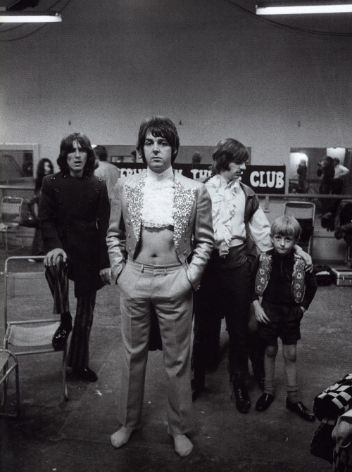 By any chance does anyone know who the child beside Ringo is?