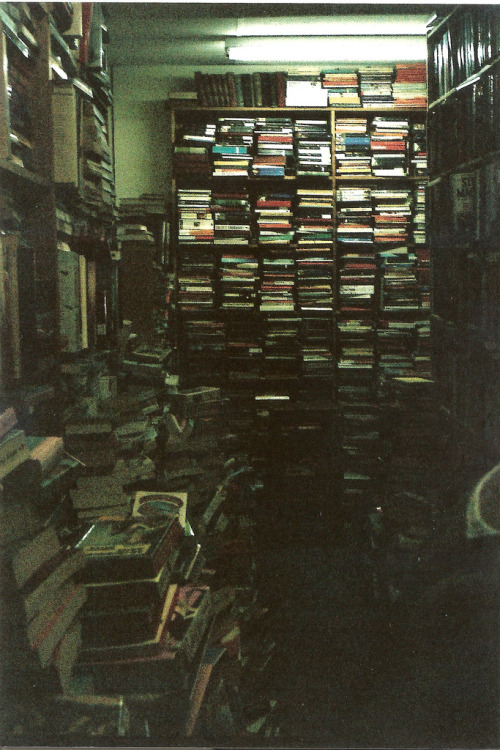 badnatured:  this looks like absolute heaven. i love old book stores