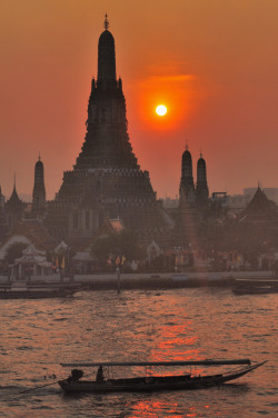 senerii:   Sunset at Wat Arun (Temple of Dawn), Bangkok (By magicflute002)