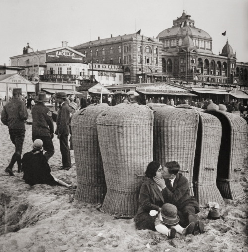 Erich Salomon  Kissing couple on the beach, Scheveningen, Holland, 1930