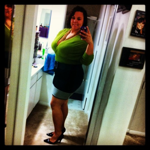 #goodmorning #workflow #christmaspresent #workfashion #skirt #green #black #pretty #happy #calves #winterfashion #caliwinter #curlyhair #smile