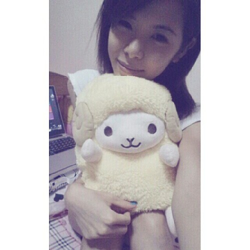 Pardon my hair! Fell asleep with my wooly sheepy. Aww.. now i have a reason to stay in bed longer!! &say hihi to my qt pie ♡