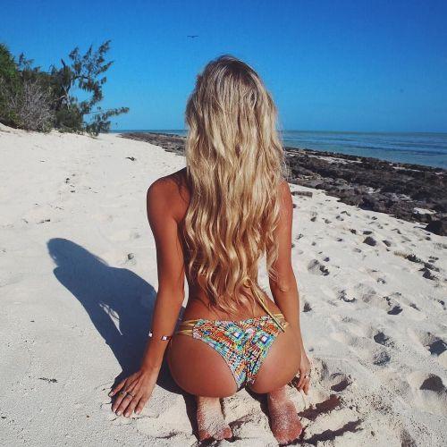 фото блондинок со спины на море