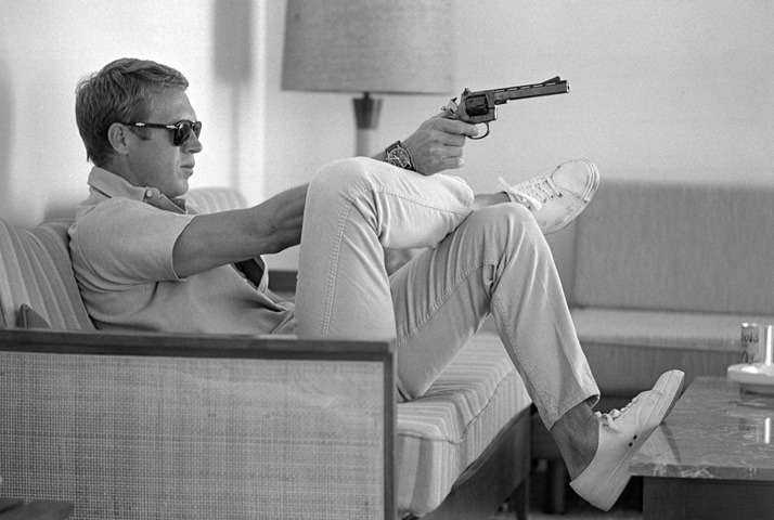 mpdrolet:  Steve McQueen aims a pistol in his living room, CA, 1963 John Dominis
