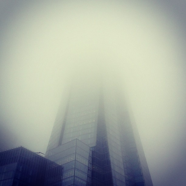 Gotham city #batman #london #gotham #fog #skyscraper #shard #theshard #londres #londonpop #london_only #sky #weather #architecture #glass (at Platform 6)