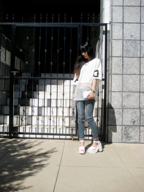 elli-rose:  White T-shirt With Sheer Hem http://1finedai.blogspot.com/ | Bloglovin