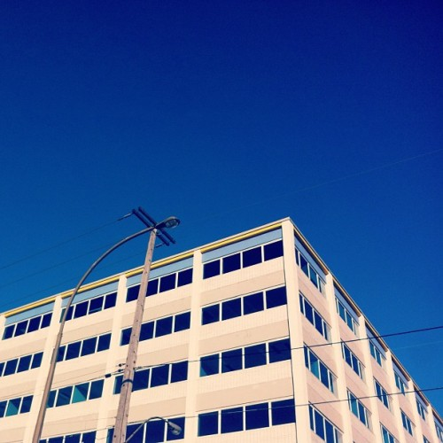 That building! 💙 #bluesky #blue #sky #tipofthetops #intheskywithdiamonds #building #montreal #mtl #514 #wires #lines