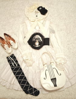 baltimoreprincess:  opheliadewallonie:  White and black coord  0.0 I want this whole coord.