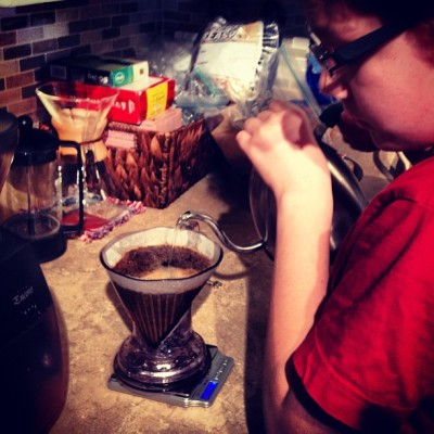 Jr. @grimpeurbros perfectly executing his first #cleverdripper w/our tasty #cuernavacaloop #mircrolot #coffee - #teachemearly #specialtycoffee #proudpapí #kids #parenthood #coffeedoping