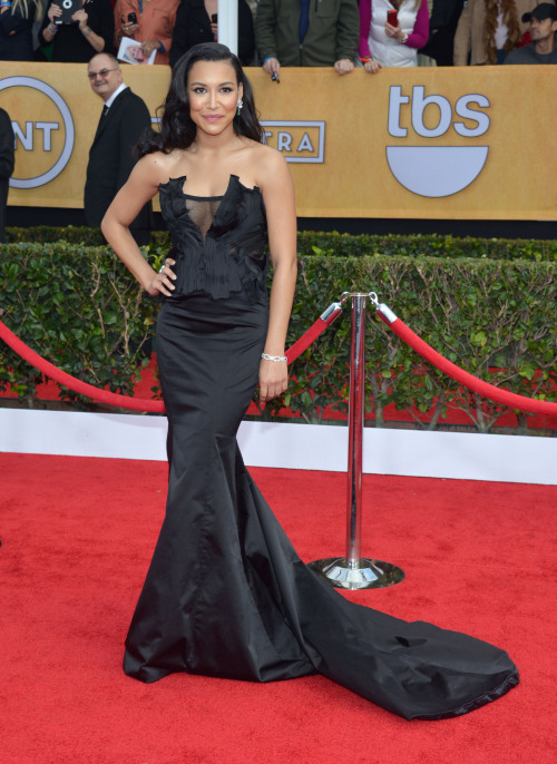 and who doesn't LOVE Glee?! Naya Rivera kills it in this black #DonnaKaranAtelier corset extravaganza. #SagAwarsds