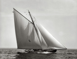 themanlyarts:  Commodore H.M. Gillig's racing sloop Vencedor on Lake Erie, 1897. Photo by John S. Johnston