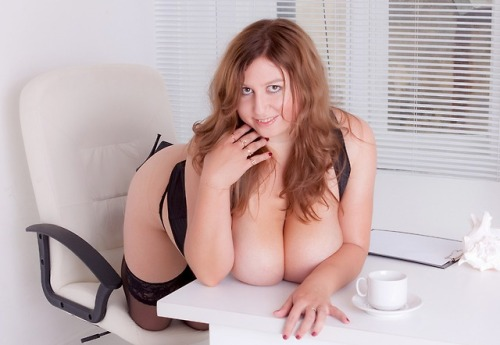 Huge tits sexbomb @xxQueenxx is ready to play with herself LIVE @ her webcam
