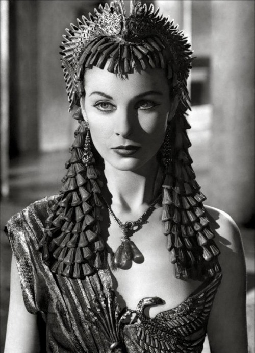 suicideblonde:  Vivien Leigh as Cleopatra  God she was so f#cking stunningly beautiful.