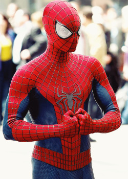 Andrew Garfield on location for TASM2, May 3.  Have to say I'm loving the classic design, and the bigger eyes. Makes it look more comicy.