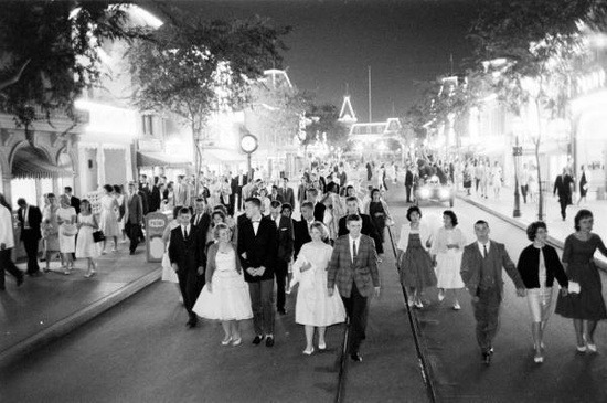 voyager-le-monde:  All-Night Prom at Disneyland, 1961.