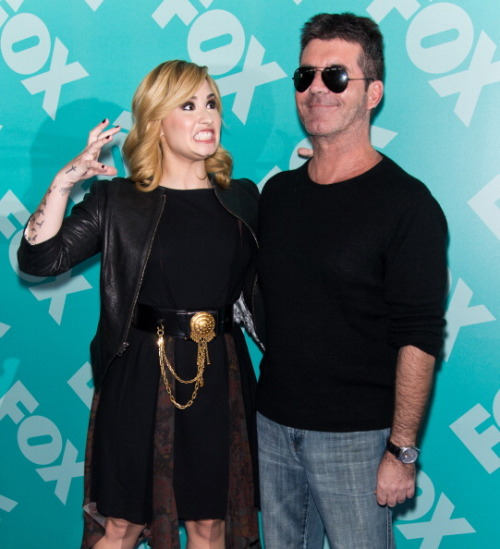 We have a big collection of pics of Simon Cowell & Demi Lovato at yesterdays Upfronts right HERE