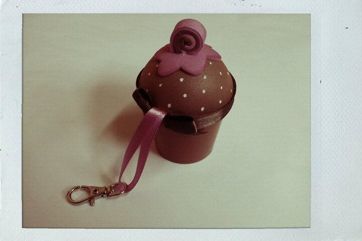 See this adorable cupcake keyring? It was made by a friend of my mother. When I saw it the other day I insta-d'aww'ed and complimented it - it is so cute! My mom soon told me I could have it. ^^; Yay! \o/